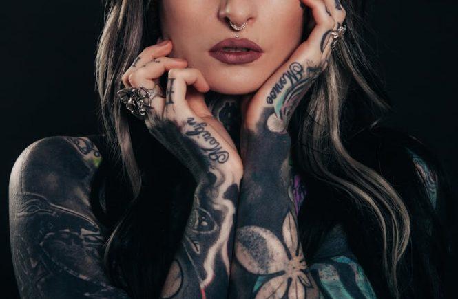 meisje met tattoo